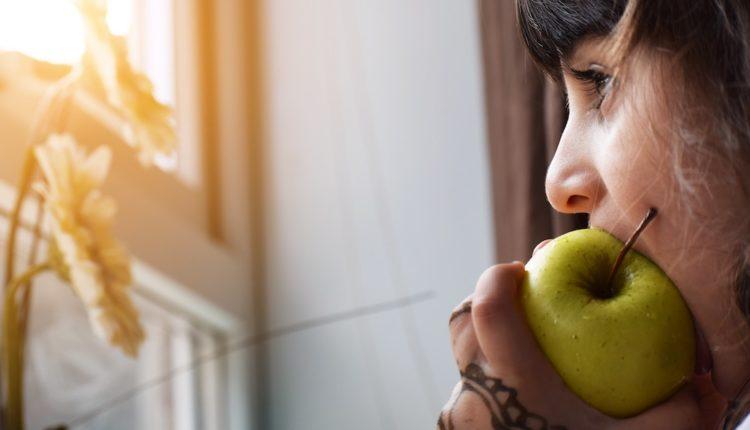 Copil cu măr